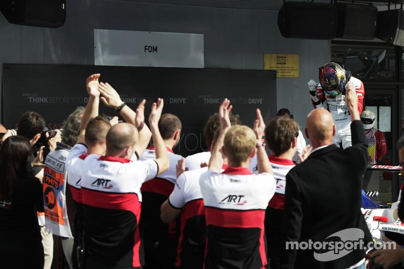 ART大奖赛车队庆祝赢得第二场比赛