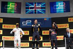 Course 2, le podium : le deuxième Stoffel Vandoorne, ART Grand Prix, le vainqueur Alex Lynn, DAMS et le troisième Pierre Gasly, DAMS