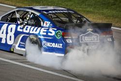 Le vainqueur Jimmie Johnson, Hendrick Motorsports Chevrolet fête sa victoire