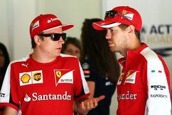 Kimi Raikkonen, Ferrari con il compagno di squadra Sebastian Vettel, Ferrari alla parata dei piloti