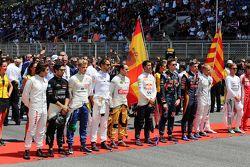 Los pilotos en la parrilla de salida para el Himno Nacional de España