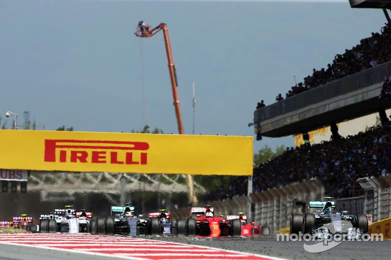 El inicio de la carrera: Nico Rosberg, Mercedes AMG F1 W06, lidera al grupo