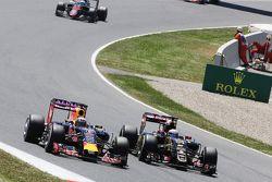 Daniel Ricciardo, Red Bull Racing RB11, und Romain Grosjean, Lotus F1 E23, im Zweikampf
