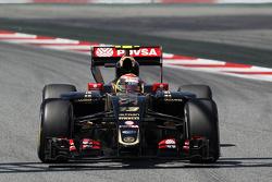 Pastor Maldonado, Lotus F1 E23, con un alerón trasero dañado