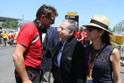 Jean Todt, Presidente de la FIA con su esposa Michelle Yeoh, y Graeme Lowdon, oficial en jefe de Man
