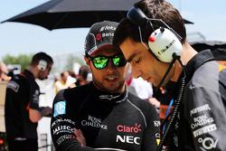 Sergio Pérez, Sahara Force India F1 con Tim Wright, ingeniero de carrera de Sahara Force India F1