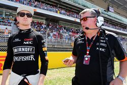 Nico Hulkenberg, Sahara Force India F1 con Otmar Szafnauer, jefe de operaciones de Sahara Force Indi