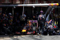 Даниил Квят, Red Bull Racing во время пит-стопа