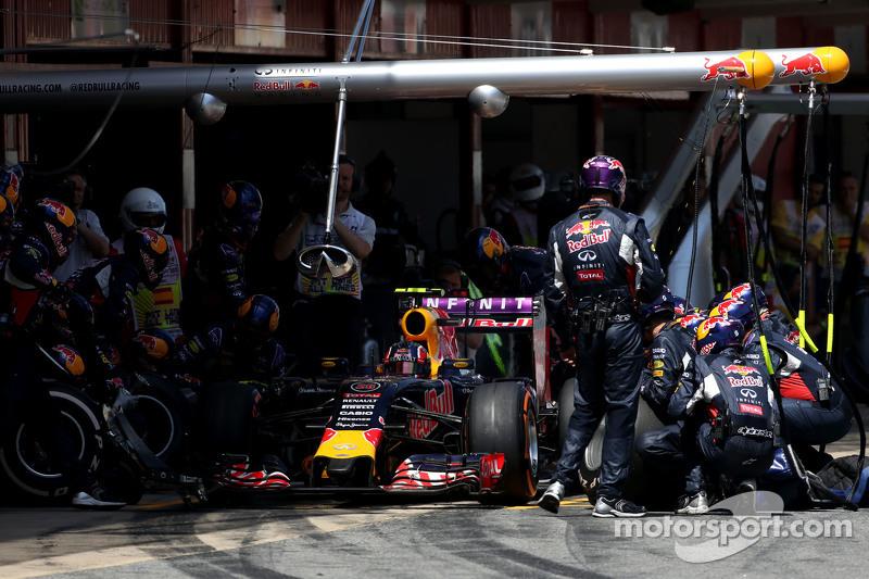 Daniil Kvyat, Red Bull Racing, beim Boxenstopp