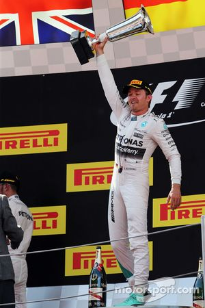 Победитель: Нико Росберг, Mercedes AMG F1 празднует на подиуме