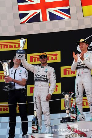 Льюис Хэмилтон, Mercedes AMG F1 празднует второе место на подиуме