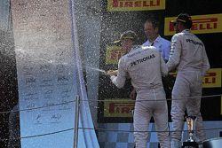 1. Nico Rosberg, Mercedes AMG F1, feiert mit Champagner auf dem Podium