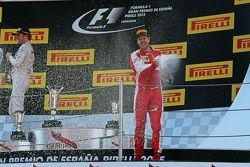 Третье место - Себастьян Феттель, Ferrari празднует с шампанским на подиуме