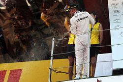 Lewis Hamilton, Mercedes AMG F1 celebra con champagne su segundo lugar