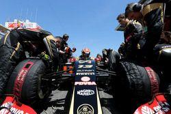 Pastor Maldonado, Lotus F1 Team durante una parada en los pits