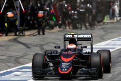Jenson Button, McLaren Honda durante una parada en los pits