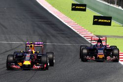 Даниил Квят, Red Bull Racing RB11 и Макс Ферстаппен, Scuderia Toro Rosso STR10 - борьба за позицию