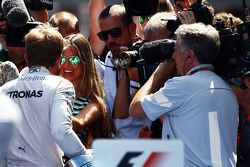 El ganador de la carrera Nico Rosberg, Mercedes AMG F1 celebra con su esposa, Vivian Rosberg, en el
