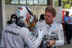 Льюис Хэмилтон, Mercedes AMG F1 поздравляет победителя гонки и напарника по команде - Нико Росберга,