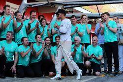 Льюис Хэмилтон, Mercedes AMG F1 празднует с командой