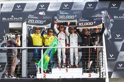 Podium : les vainqueurs Robin Frijns, Laurens Vanthoor, les deuxièmes Atila Abreu, Valdeno Brito, les troisièmes Rob Bell, Kevin Estre