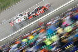 Kyle Larson, Ganassi Racing Chevrolet e Kurt Busch, Stewart-Haas Racing Chevrolet