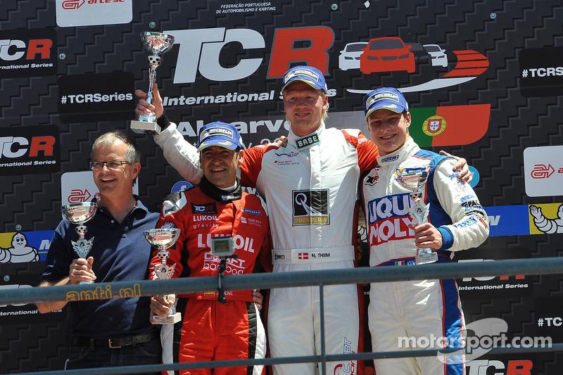 Перше місце - Нікі Тім, Audi TT, Liqui Moly Team Engstler, друге місце - Хорді Жене, SEAT Leon, Craf