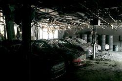 在Leavine家族赛车店烧毁遗骸