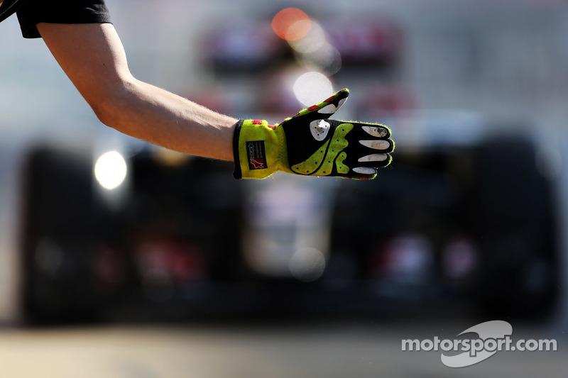 帕斯托·马尔多纳多, 路特斯 F1 E23,进入维修区停车格