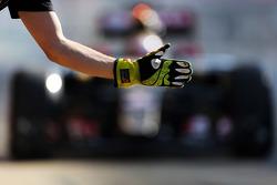 Pastor Maldonado, Lotus F1 E23, fährt in die Box