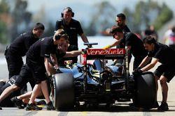 Пастор Мальдонадо, Lotus F1 E23 на пит-лейне