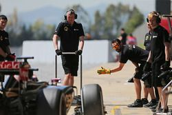 Пастор Мальдонадо, Lotus F1 E23 заезжает на пит-стоп