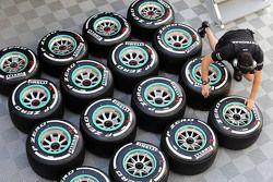 Шины Pirelli и механик команды Mercedes AMG F1