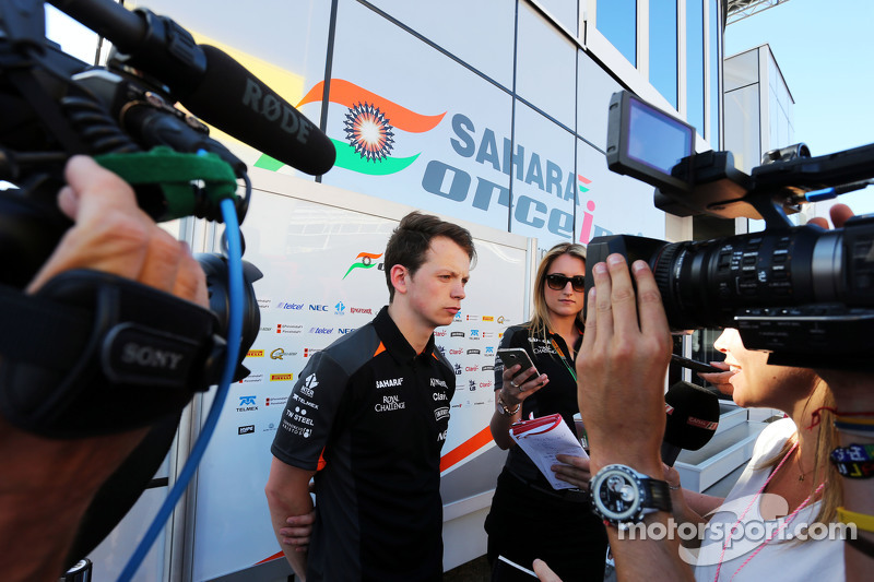 Nick Yelloly, 印度力量车队试车手,和媒体在一起