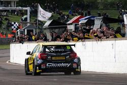 Adam Morgan, Wix Racing wint race 3, ronde 9