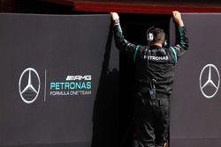 Meccanico Mercedes AMG F1 con gli schermi sollevati davanti ai box