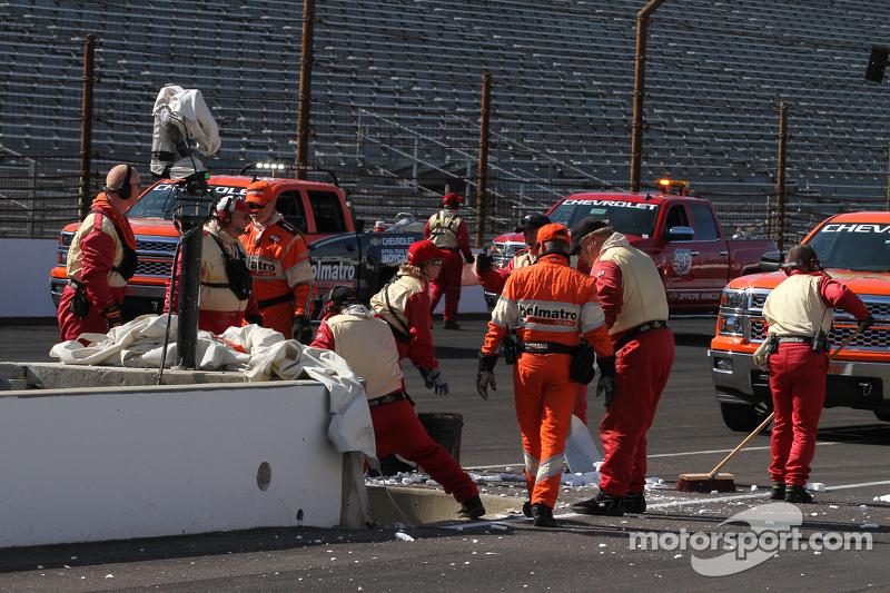 Arbeiter ersetzen den Reifenstapel nach dem Unfall von Pippa Mann