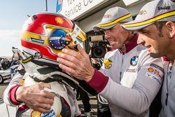 Ganador de la pole Augusto Farfus celebra con Jörg Müller, Nicky Catsburg y Dirk Adorf