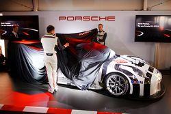 Porsche 911 GT3 R tanıtımı: Jörg Bergmeister ve Patrick Pilet yeni Porsche 911 GT3 R'ı görücüye çıka