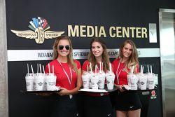Des jeunes femmes qui offrent des milkshakes gratuits