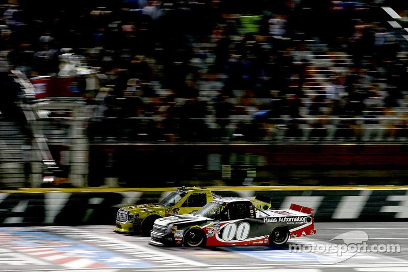 Kasey Kahne, JR Motorsports, schlägt Erik Jones, Kyle Busch Motorsports, Toyota