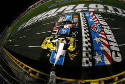 Kasey Kahne, JR Motorsports Chevrolet batte Erik Jones, Kyle Busch Motorsports Toyota e vince