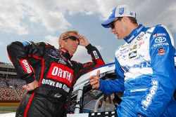 Greg Biffle, Roush Fenway Racing Ford y David Ragan, Michael Waltrip Racing Toyota