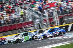 Casey Mears, Germain Racing, Chevrolet, und Danica Patrick, Stewart-Haas Racing, Chevrolet