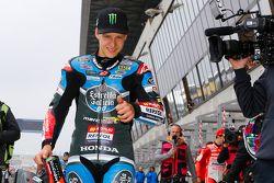 Le poleman Fabio Quartararo, Estrella Galicia 0,0 fête sa pole position