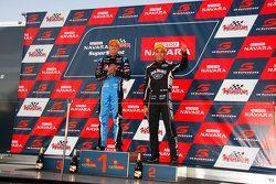 Podio: Il vincitore della gara Chaz Mostert, Prodrive Racing Australia Ford e il secondo classificato Rick Kelly, Nissan Motorsports