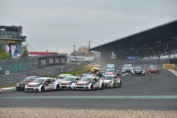 Départ de la course 1 : Jose Maria Lopez, Citroën C-Elysée WTCC, Citroën World Touring Car team mène