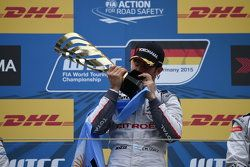 Le vainqueur de la course 1 Jose Maria Lopez, Citroën C-Elysée WTCC, Citroën World Touring Car team