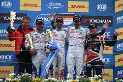 Carrera 1 Podio: Sébastien Loeb y José María López e Yvan Muller, Citroen Mundial equipo de Turismos