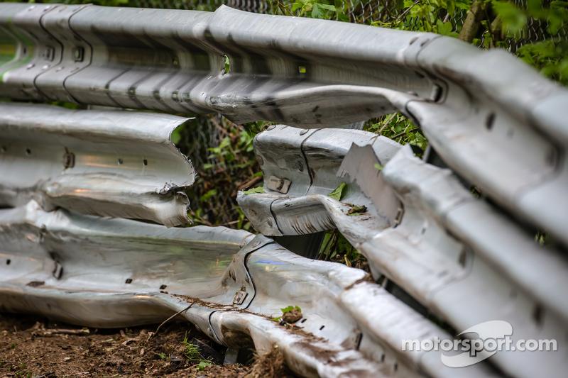 Schaden an den Leitplanken nach dem Unfall von #50 Aston Martin Test Centre, Aston Martin GT12